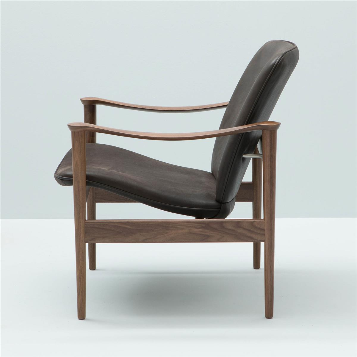 Modell 711 Lounge Chair. Valnøtt lakkert. Saddle 06 Totem lær.