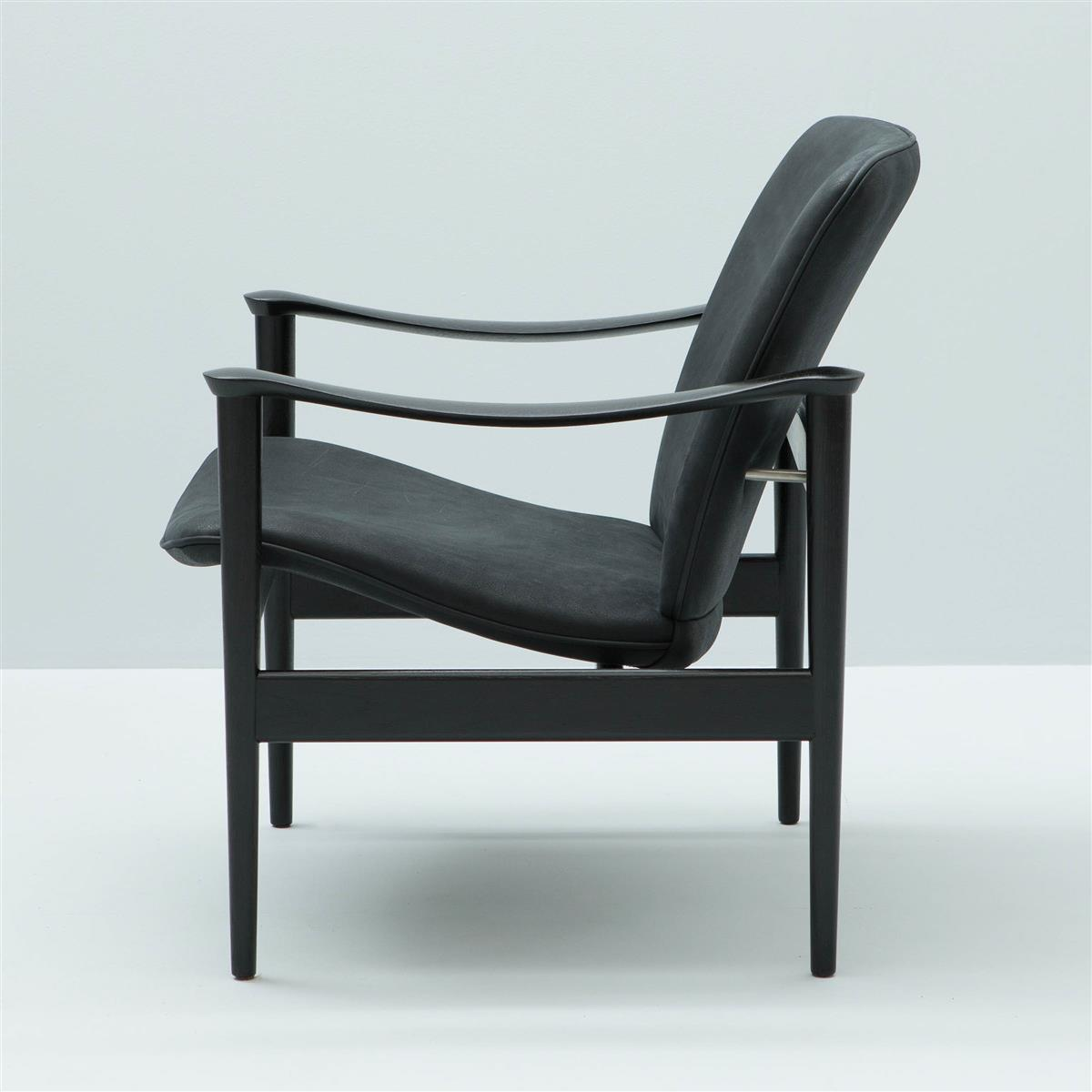 Modell 711 Lounge Chair. Eik sortbeiset. Saddle 08 Raven lær.